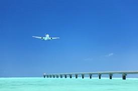 飛行機と海のイメージ