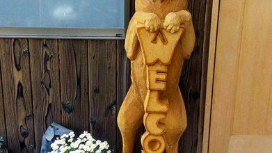 老犬ホーム伝 木彫りの犬