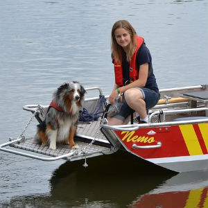 ボートに乗る犬